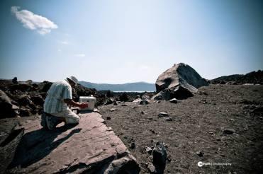 Un sismologue qui travaille pendant la visite du volcan © Sotha Ith | Photography